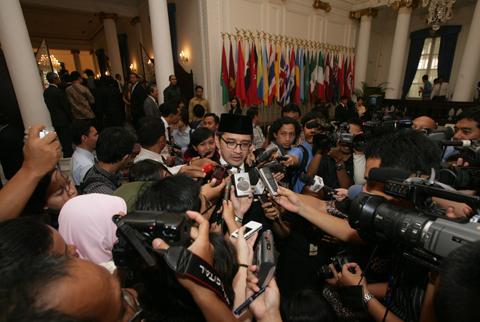 Menlu RI saat dikelilingi oleh Wartawan