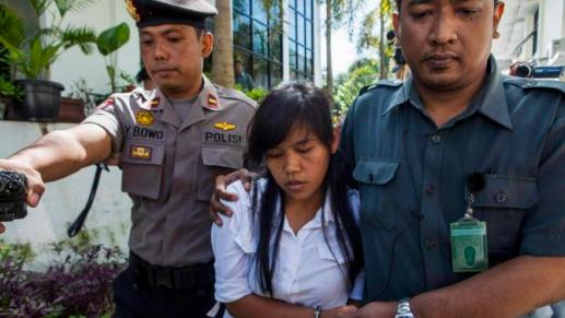 Officers take the death row inmate of a drug case, Mary Jane Fiesta Veloso , to her first judicial review trial in the District Court of Sleman